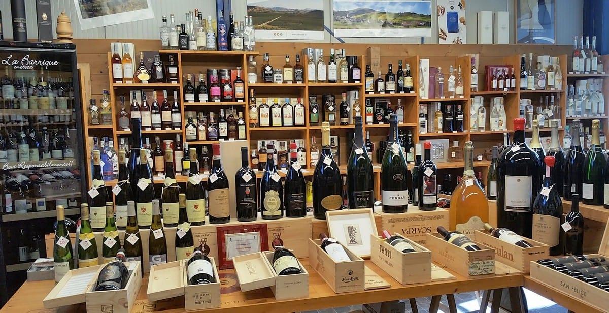 Le bottiglie in vendita in un'enoteca