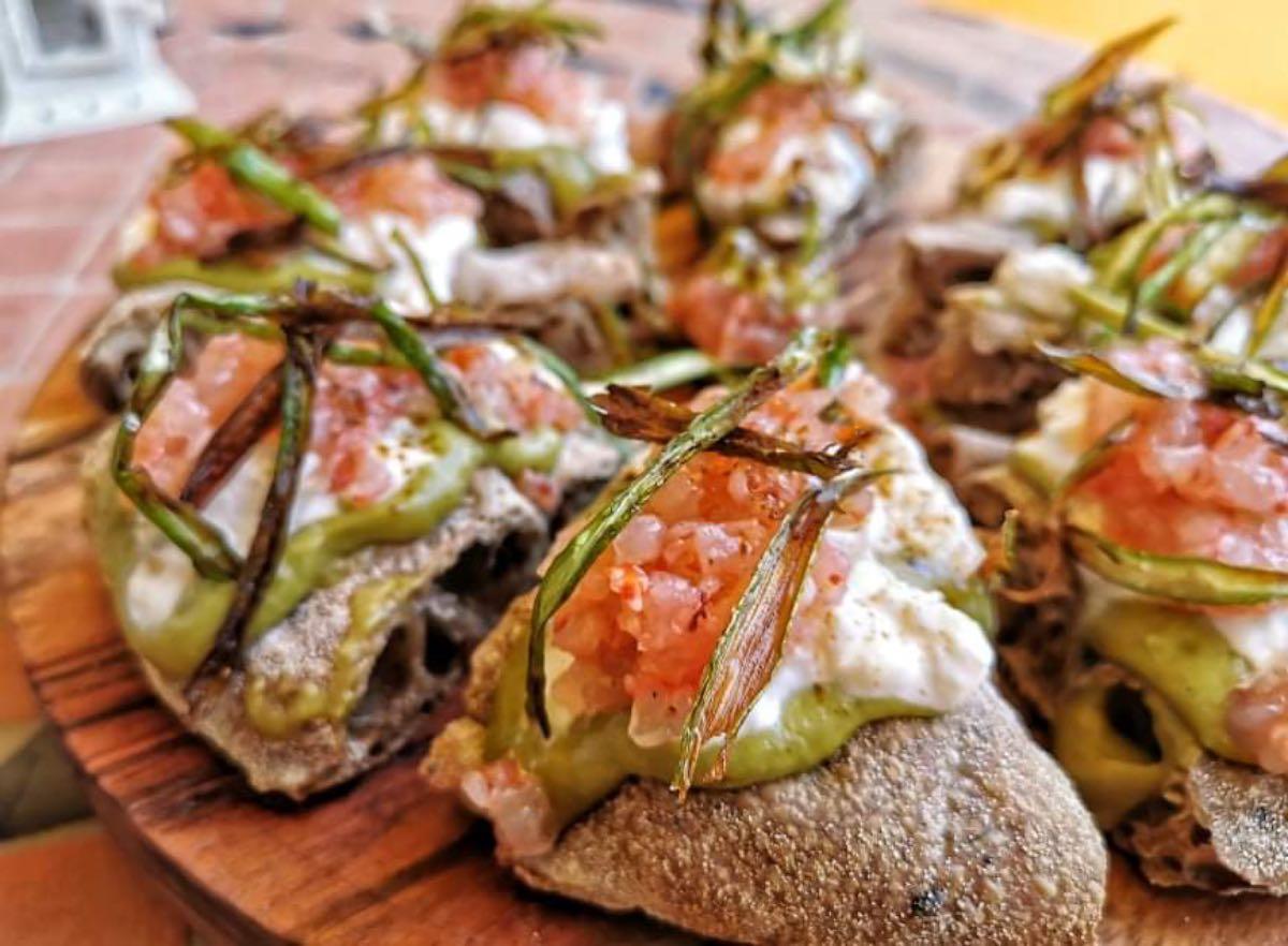 Mani in pasta. La pizza con asparagi, burrata, gambero rosso e liquirizia di Bob Alchimia a Spicchi