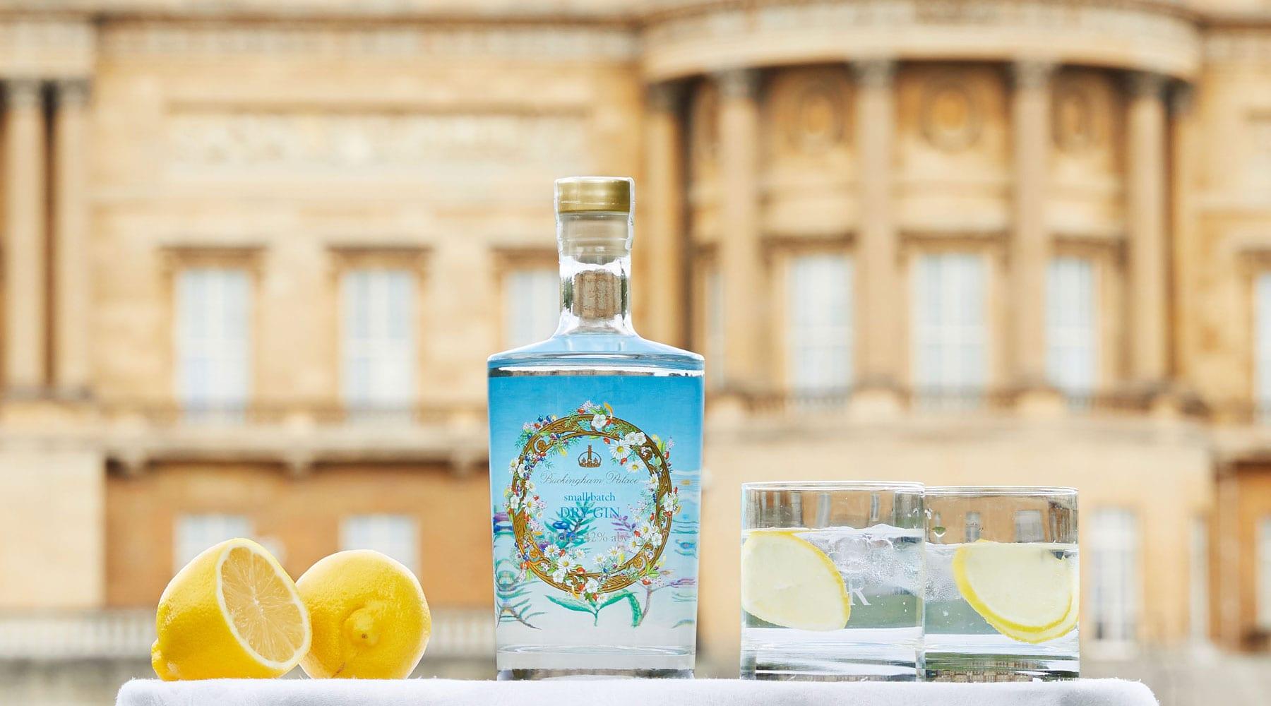 Il gin della regina elisabetta II e sullo sfondo Buckingham Palace