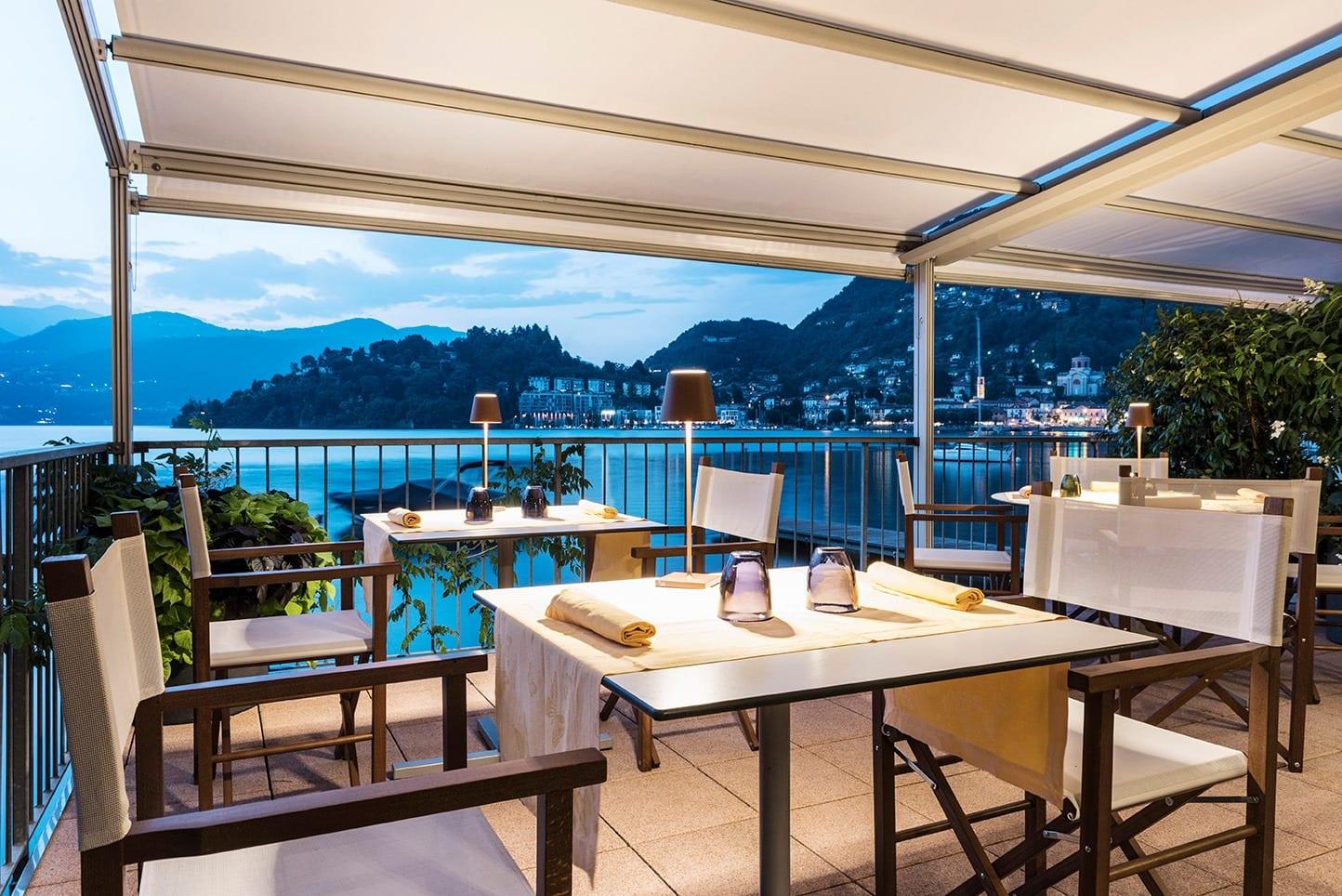 Terrazza con vista sul lago al tavolo dell'hotel Porticciolo