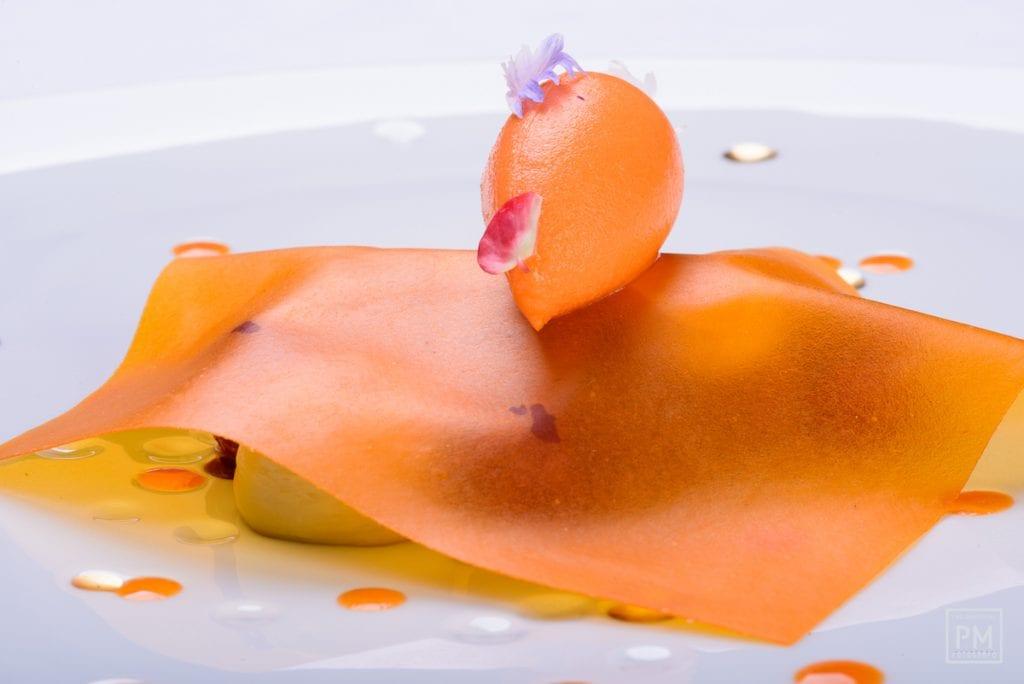 pinchiorri Torta soffice di carote e zenzero pomodorini canditi alle spezie e crema di caramello. foto Paolo Matteoni