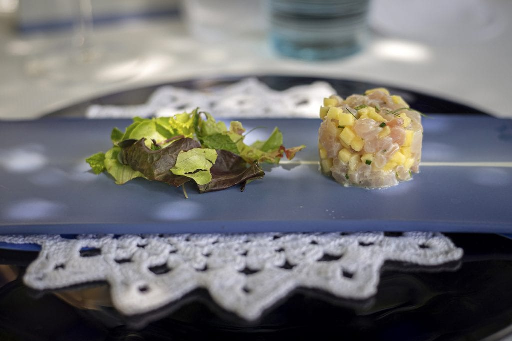 Refettorio MONASTERO SANTA ROSA chef BOB Crudo di ricciola e crostacei, ananas ed erbe officinali Foto Alessandro Zanoni