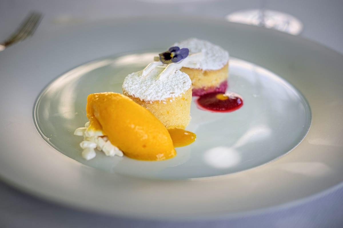 Refettorio MONASTERO SANTA ROSA chef BOB Torta caprese bianca dal cuore morbido Foto Alessandro Zanoni