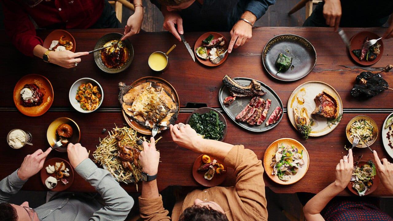 Una tavola imbandita, con pietanze cotte al bbq