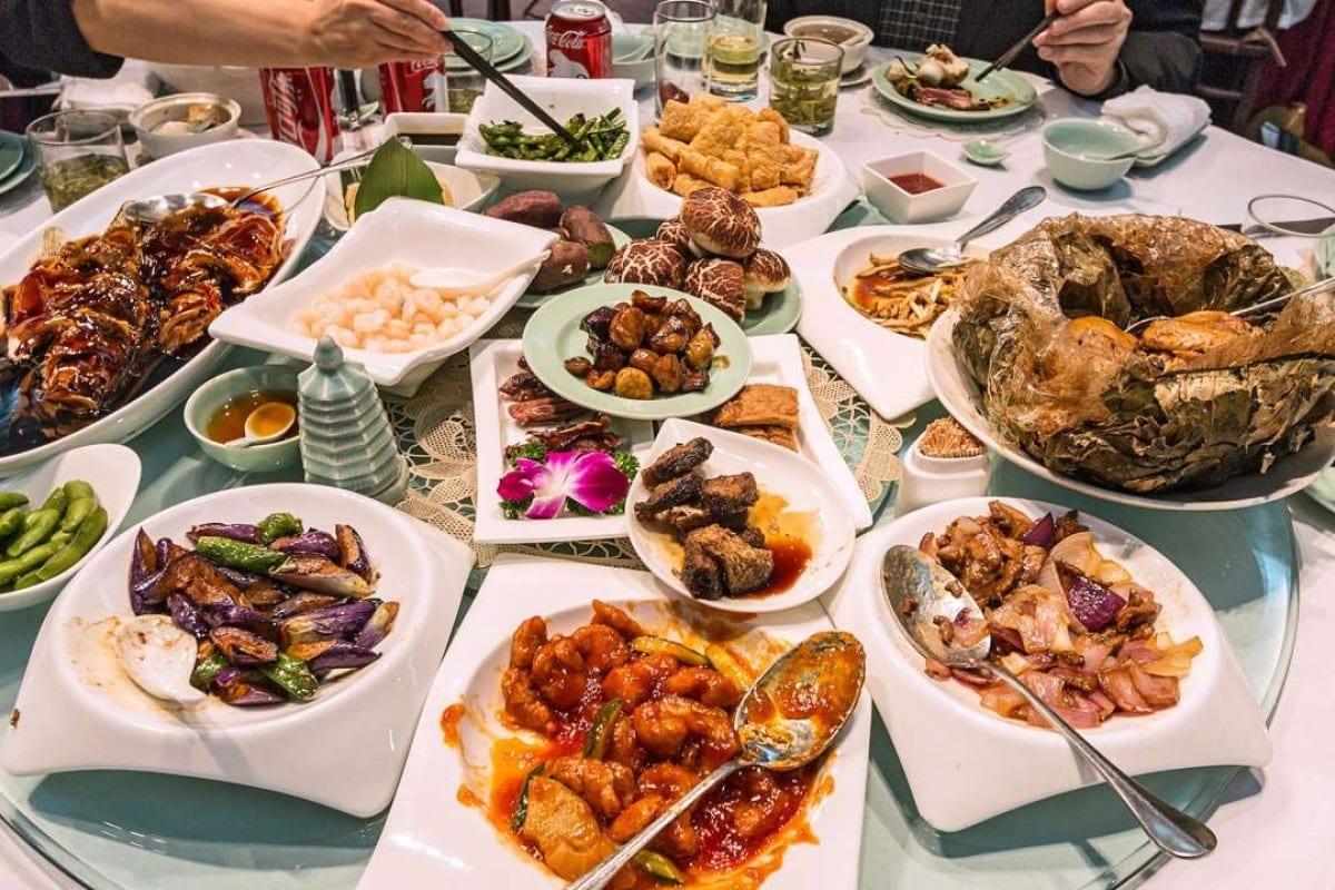 Tavola imbandita in un ristorante cinese