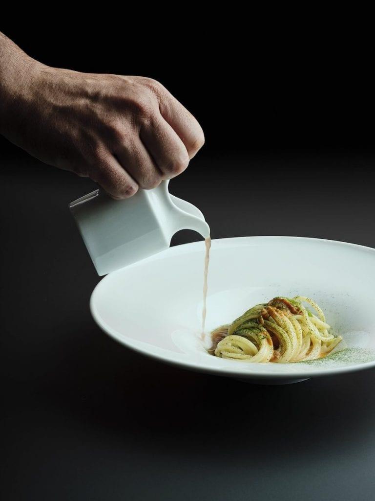 gli spaghetti Benedetto Cavalieri A.O.P., ai ricci di mare con latte di mandorla e brodo di molluschi Red Palazzo BN