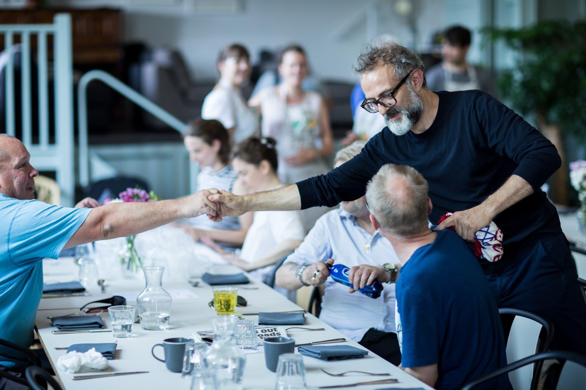 Massimo Bottura ai tavoli del refettorio