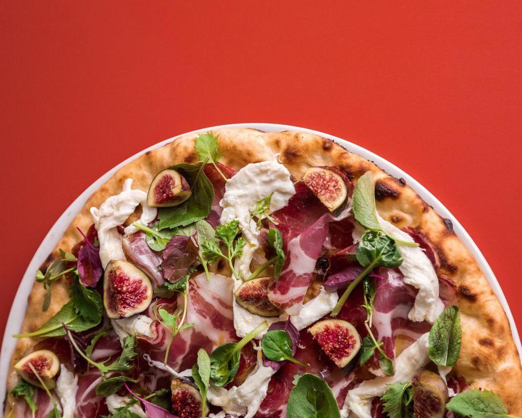 Pizza tonda con bufala, capocollo e fichi di Jacopo Mercuro