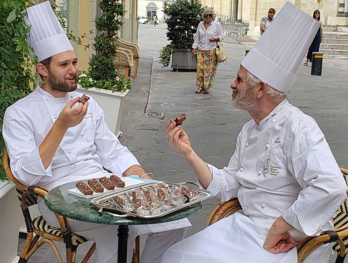 Andrea e Paolo Sacchetti seduti al tavolino con le barrette Energ-Eat