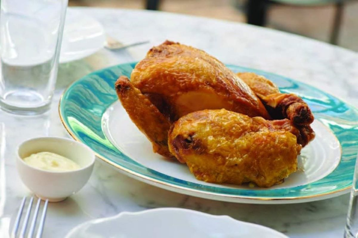 Il pollo intero fritto di Spazio bar e cucino Niko Romito