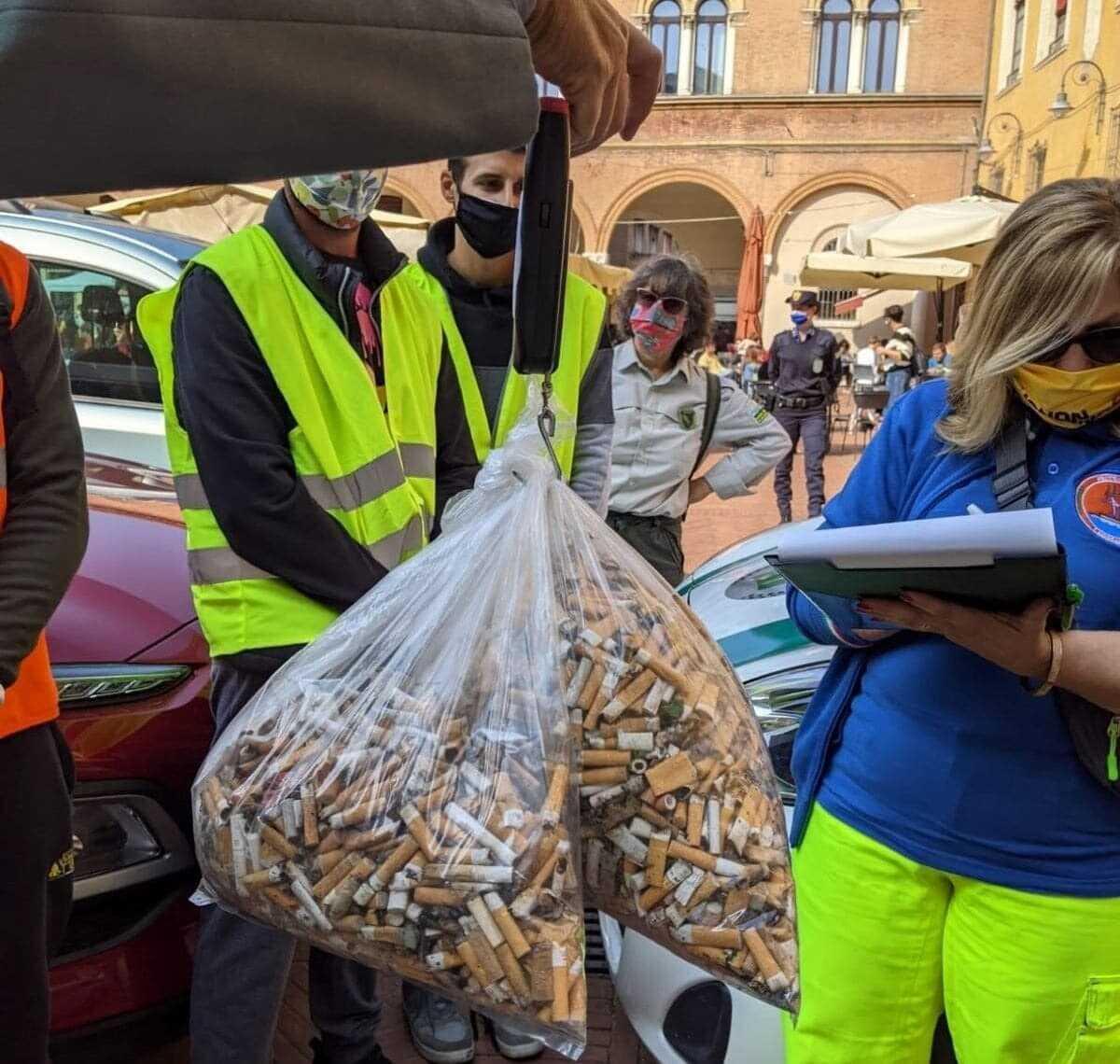 Le autorità consegnano i pacchi di sigarette raccolte in cambio di frutta