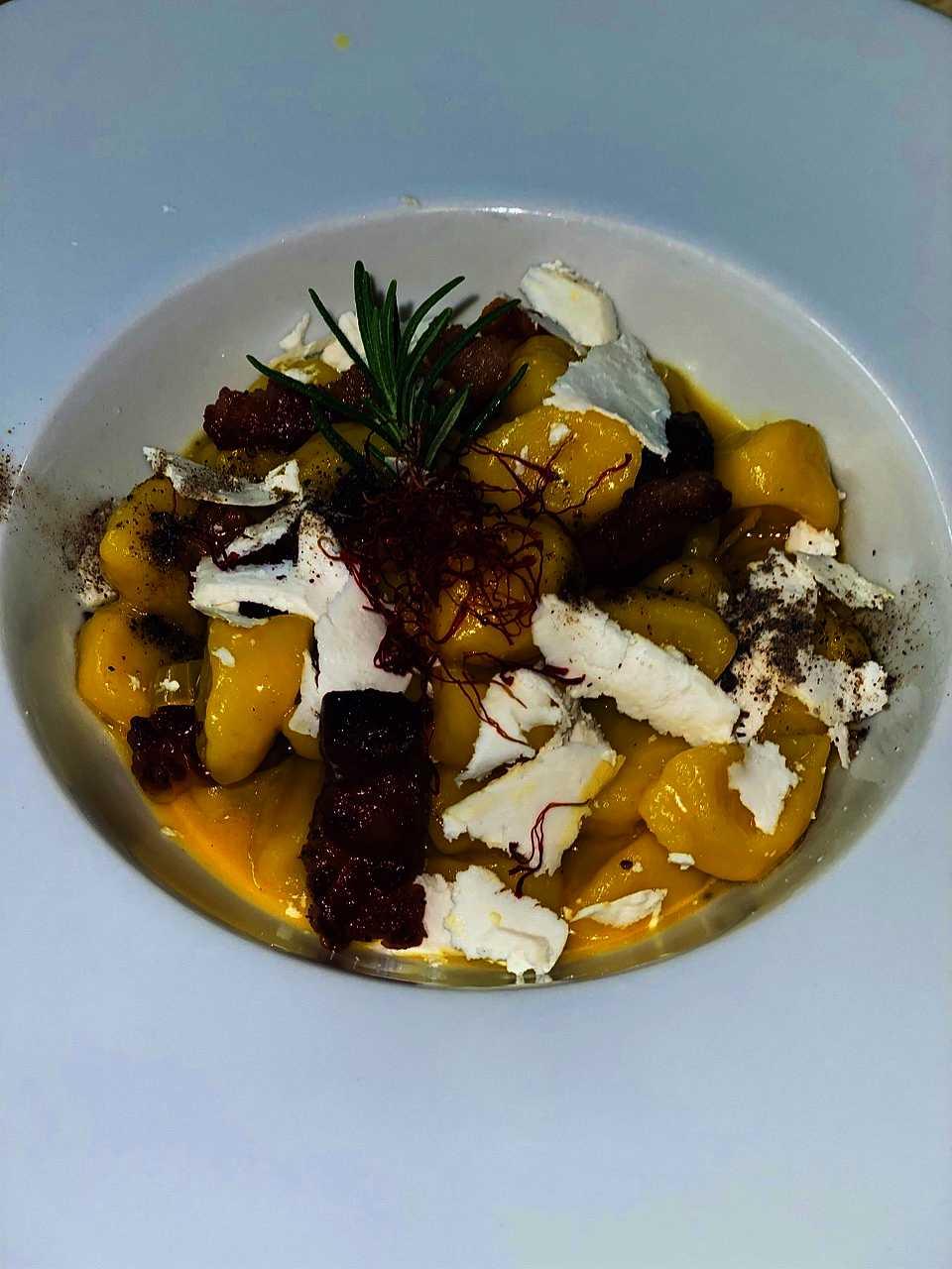 Gnocchi di patate IGP del Fucino, crema di zafferano d'Abruzzo, guanciale croccante e ricottina maritata alle erbette della Majella