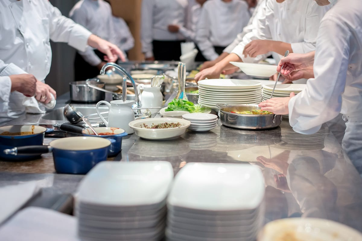 Cuochi al lavoro in cucina