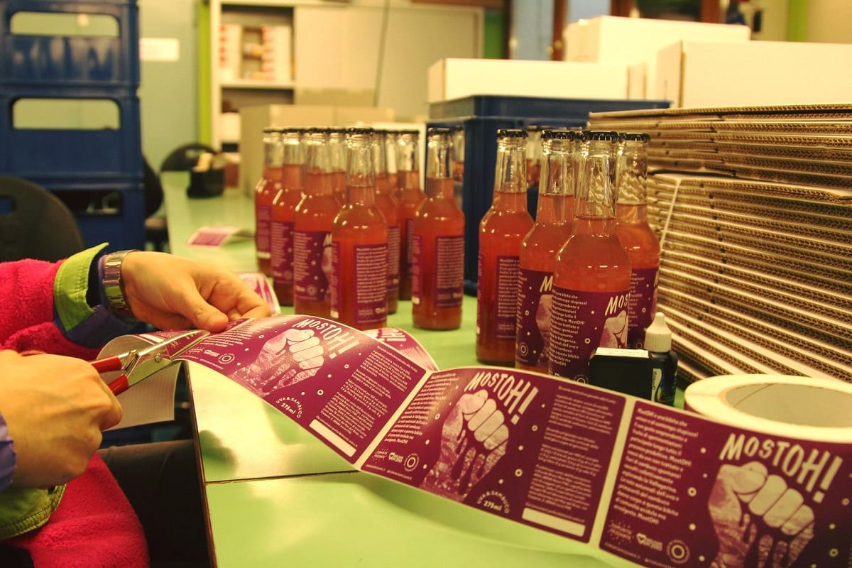 Bottiglie di Mostoh in produzione