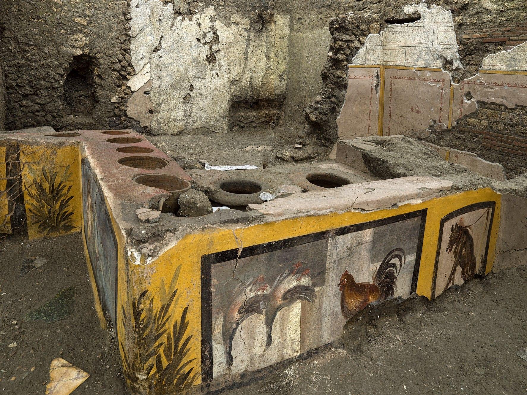 Scoperta antica bottega di street food a Pompei. Anche tracce di cibo