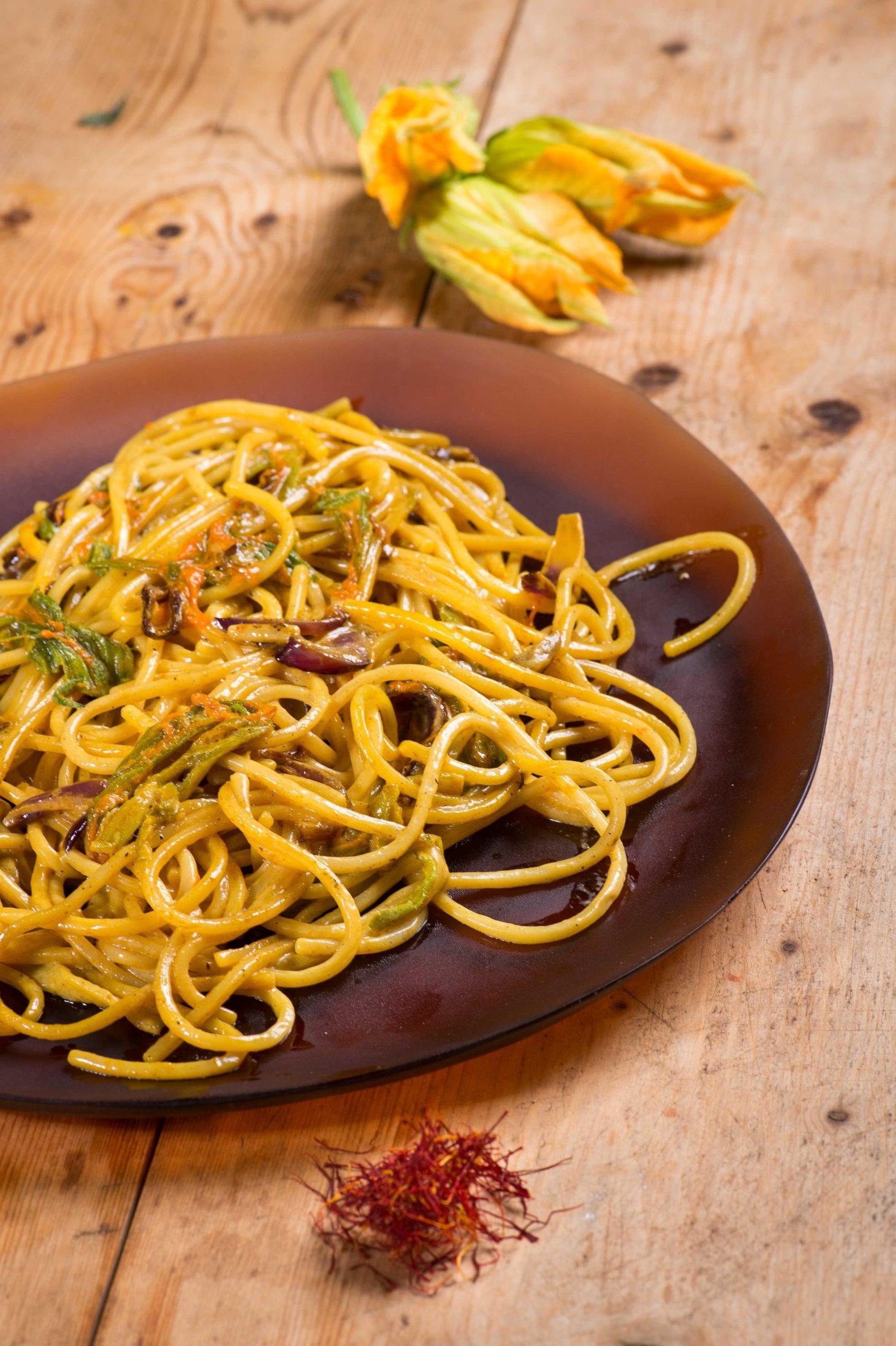 Spaghetti zafferano e fiori