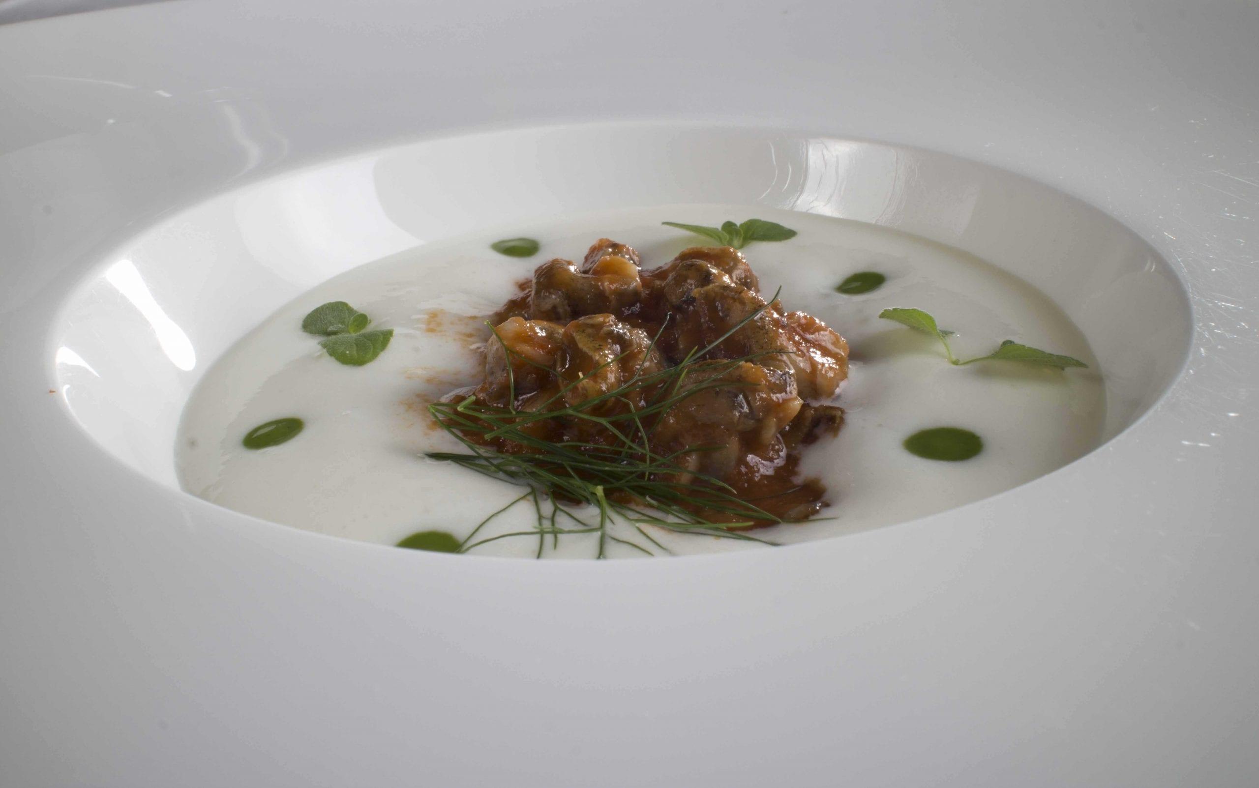Lumachine di mare al pomodoro, menta e spuma di aglio
