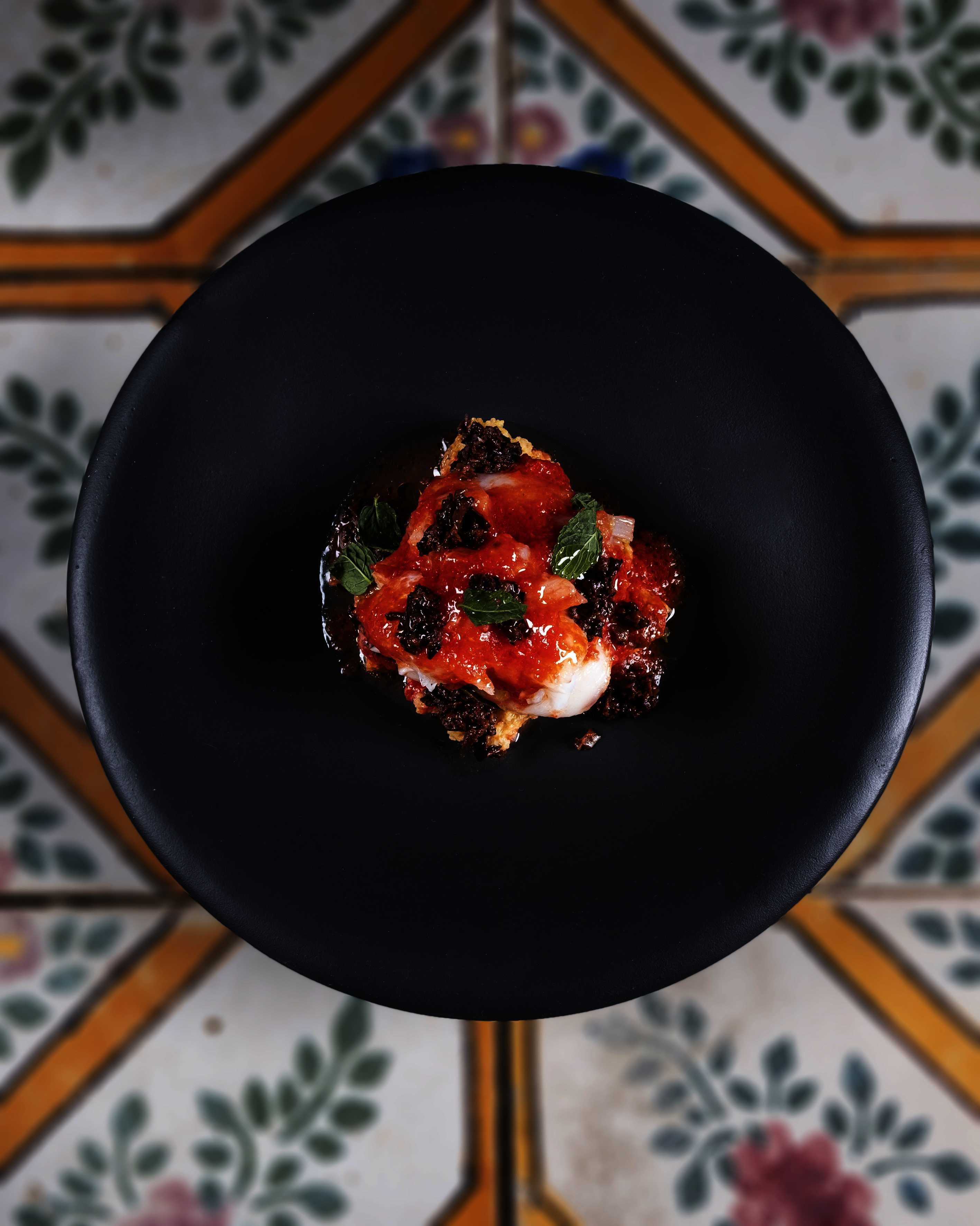 Baccalà con biscotto di granturco, pomodoro in conserva e olive schiacciate