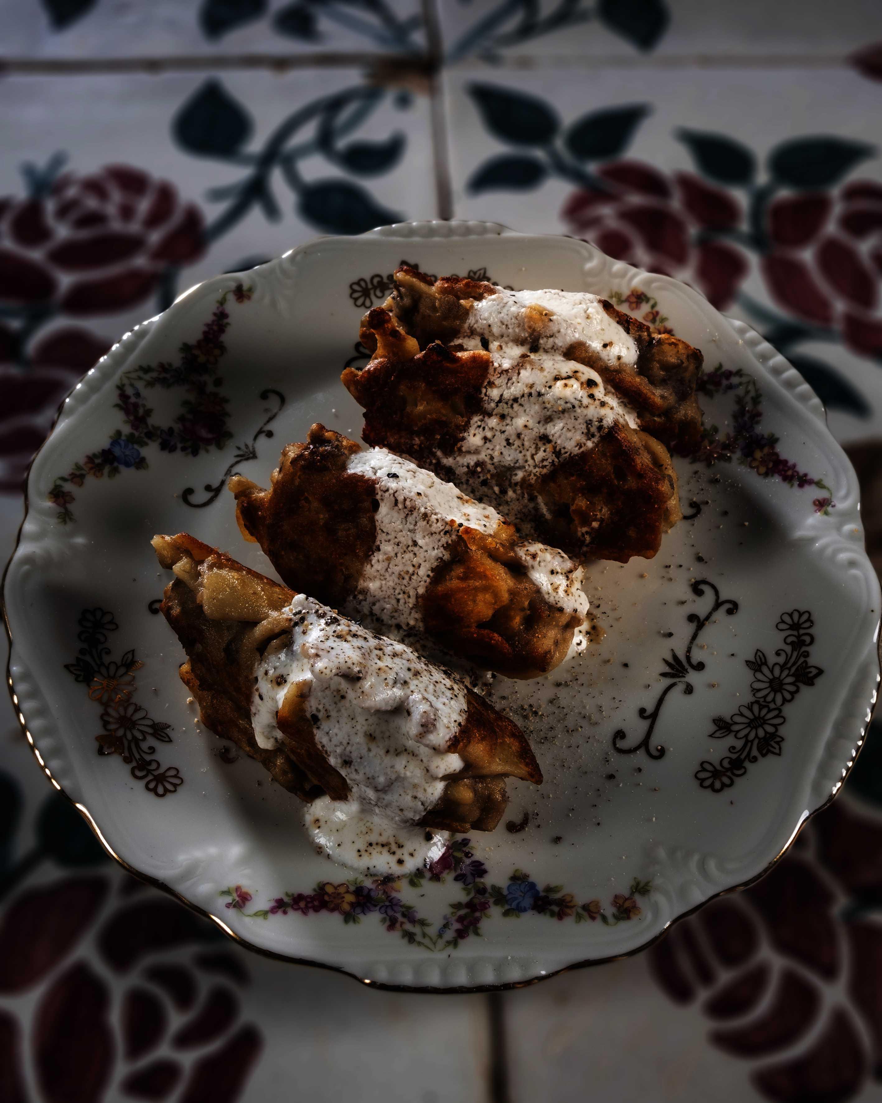 Frittatine di pasta e fagioli con fonduta al pecorino e pepe nero di Kampot