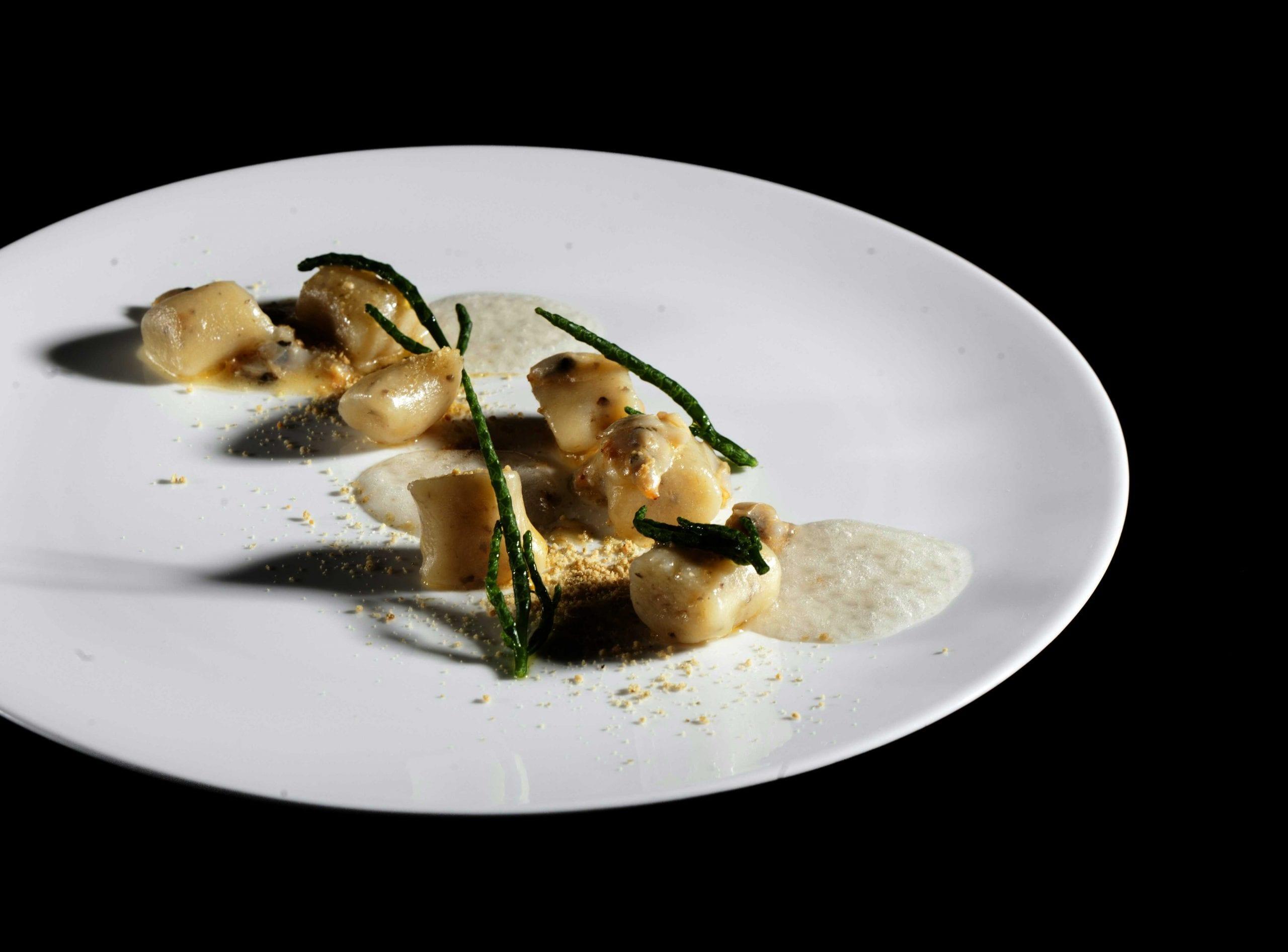 Gnocchi di topinambur con salsa di arselle e polvere di semi di zucca di Valentino Cassanelli