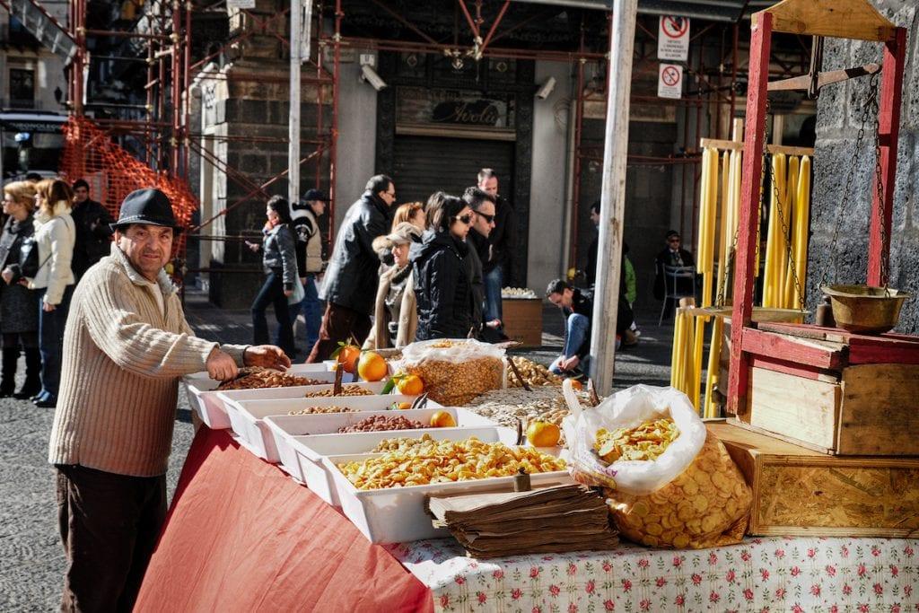 8 Catania bancarelle per Sant'Agata foto Dario Azzaro