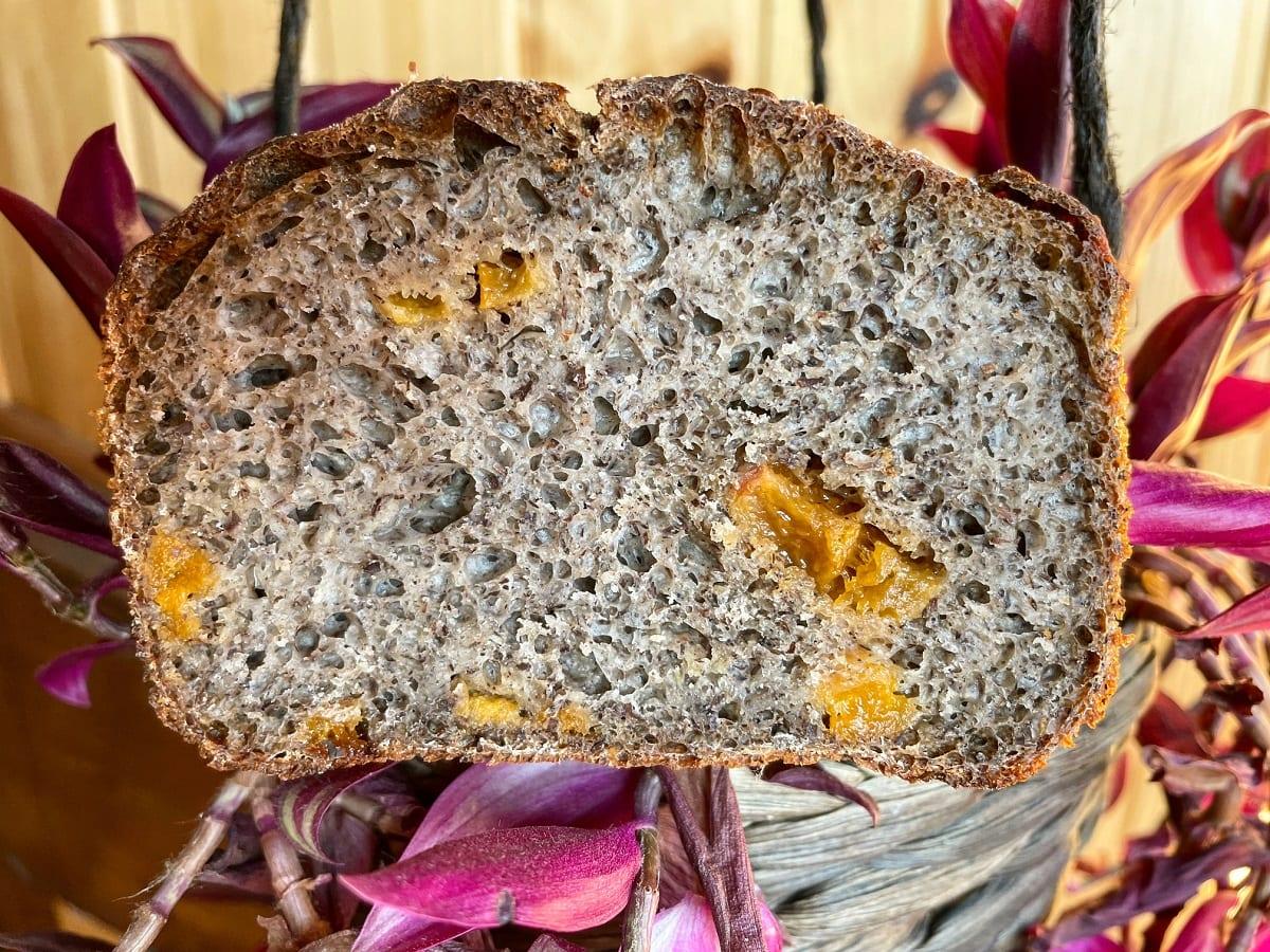 Pane in cassetta con albicocche