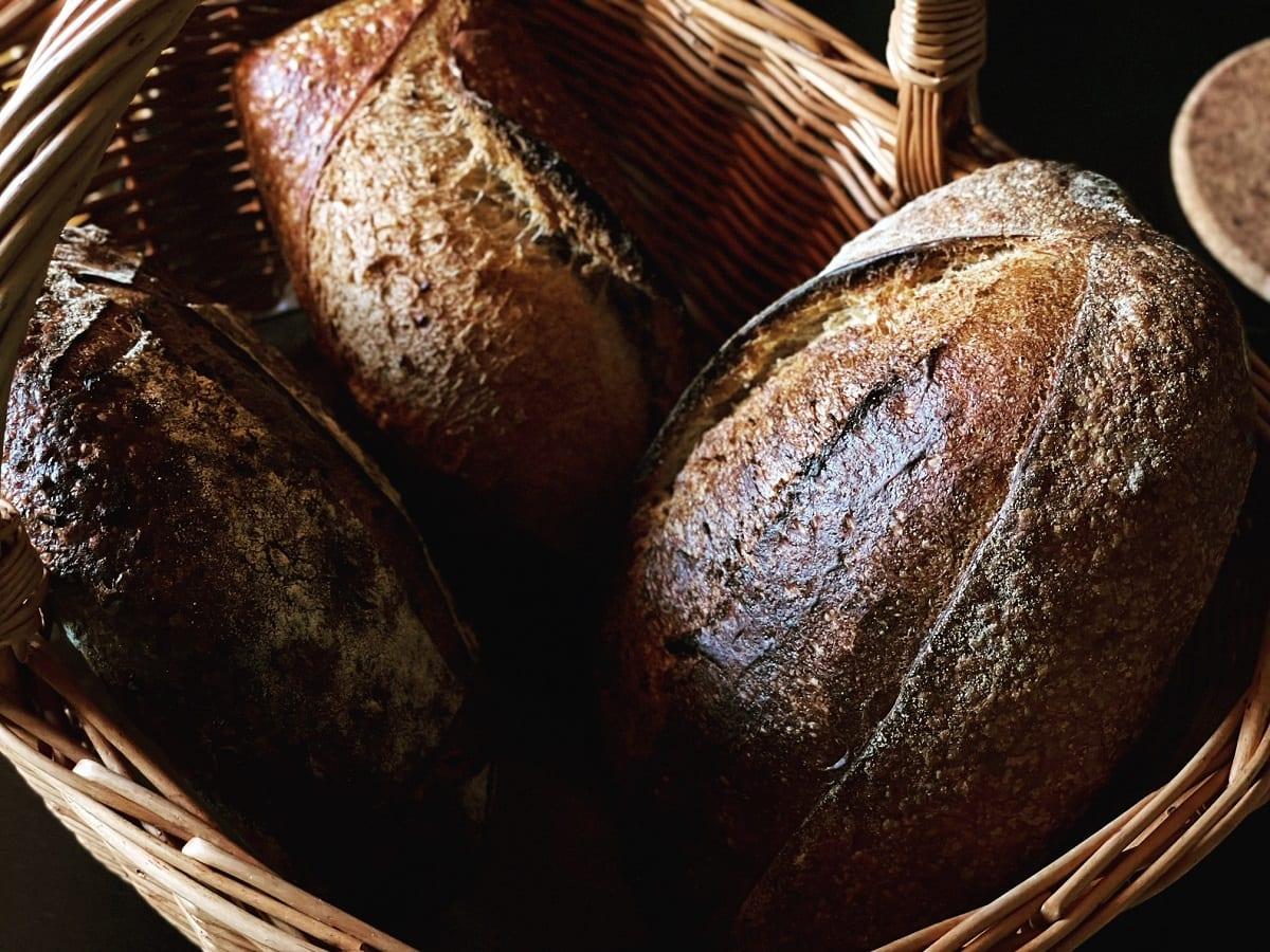 Pane in cesto di vimini