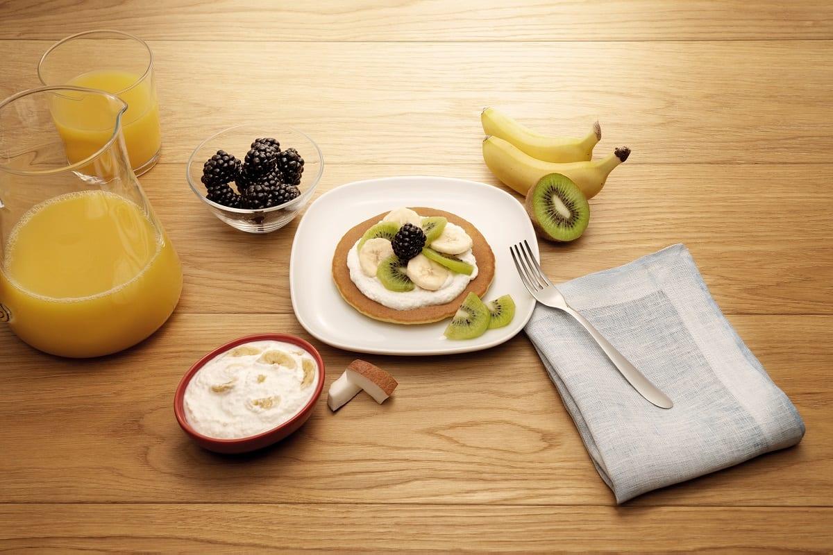 Pancake con kiwi, more e mousse di ricotta