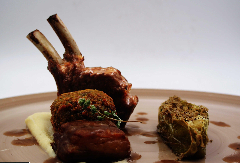 Agnello Laticauda in diverse cotture:  costina arrosto, pancia, polpetta fritta con mentuccia e pecorino, peperoncino verde ripieno