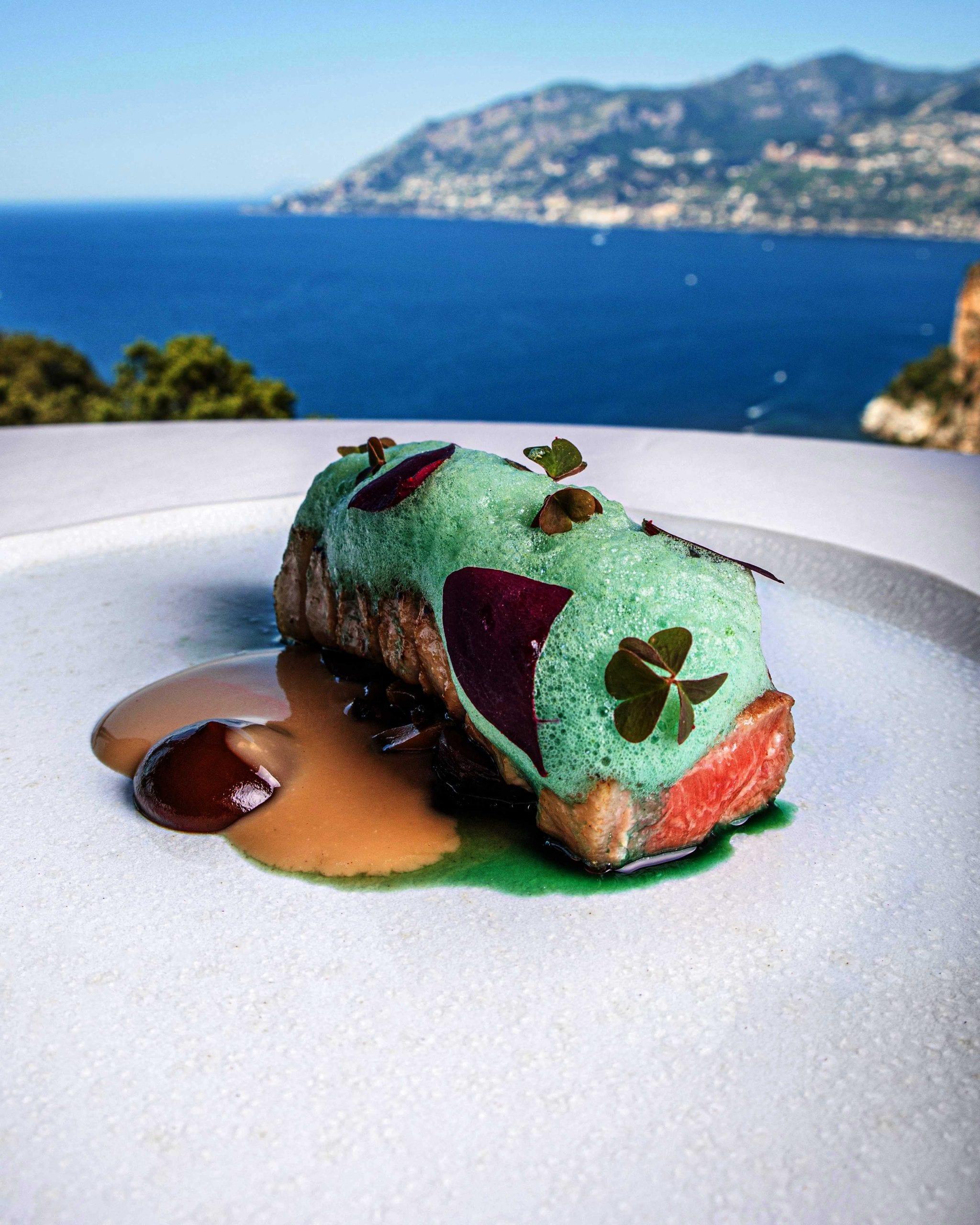 Come una tagliata ai funghi. Ventresca di tonno rosso del Mediterraneo, composta di cardoncelli, aglio nero e pil-pil di tonno