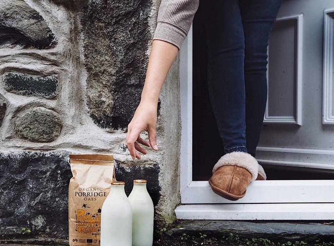 Bottiglie di latte consegnate fuori dalla porta