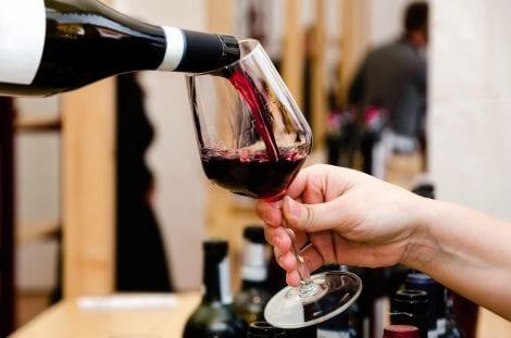 Un bicchiere di vino rosso