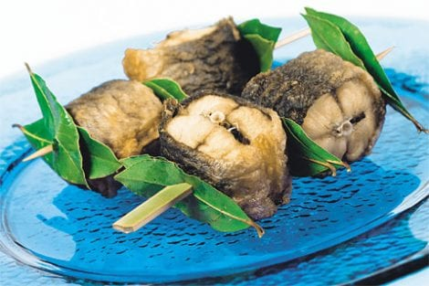 Tranci di anguilla fritta e anguilla marinata