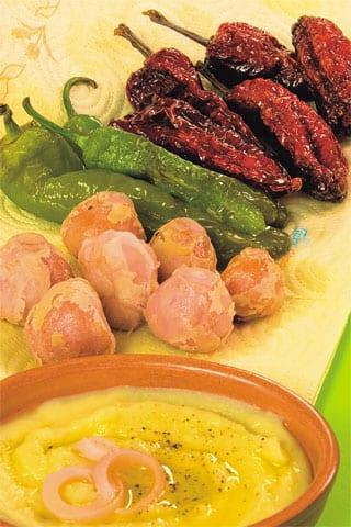 Friggitelli, peperoni cruski e lampascioni fritti con crema di fave