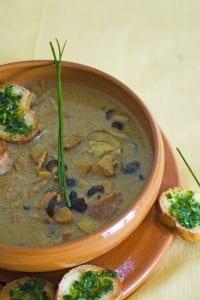Cocottine di zuppa di castagne e funghi porcini con pisarei e lardo