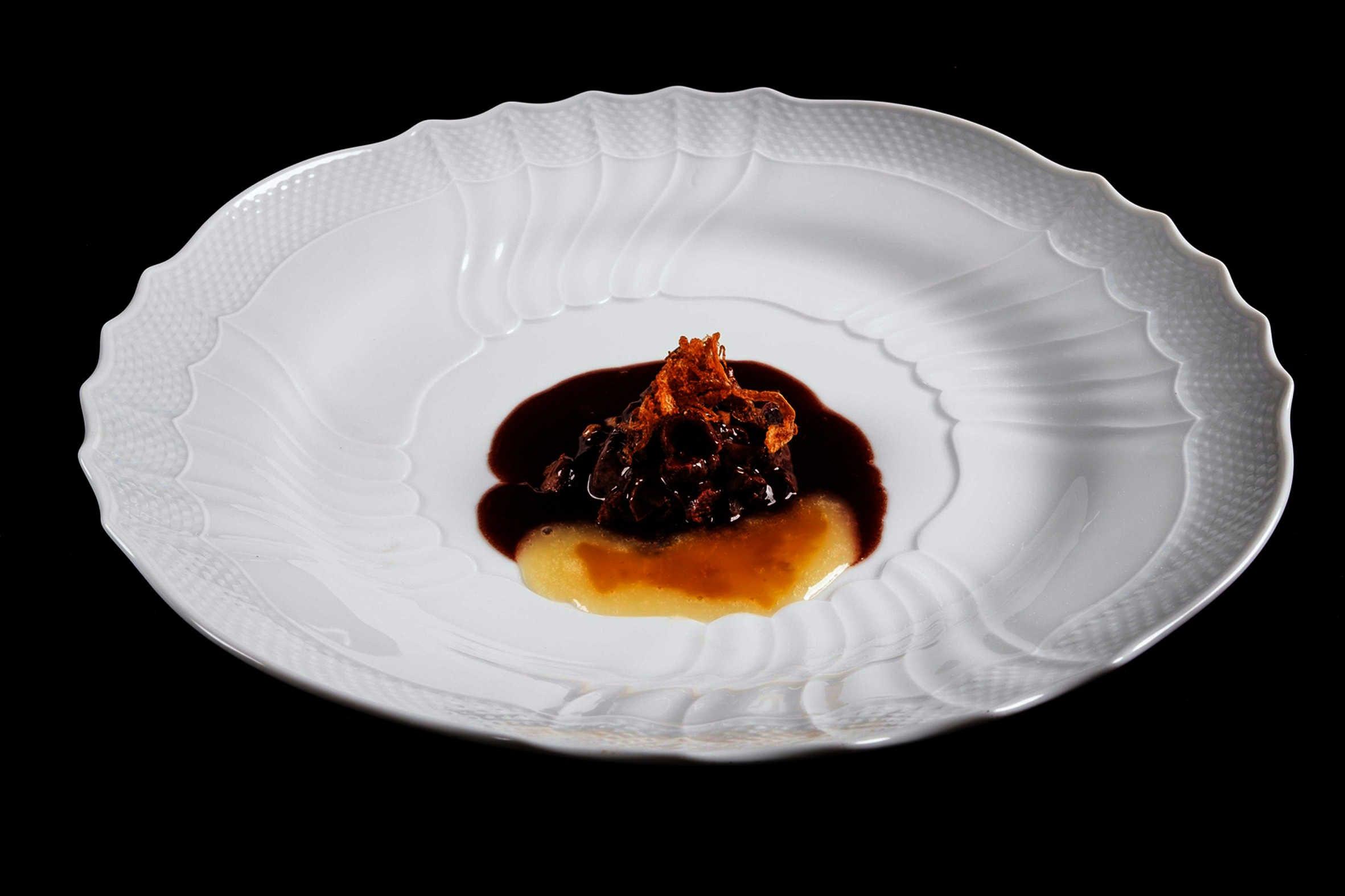 Fegato di Fassona, salsa bordolese, estratto di mela verde, curcuma, noci e cipolla