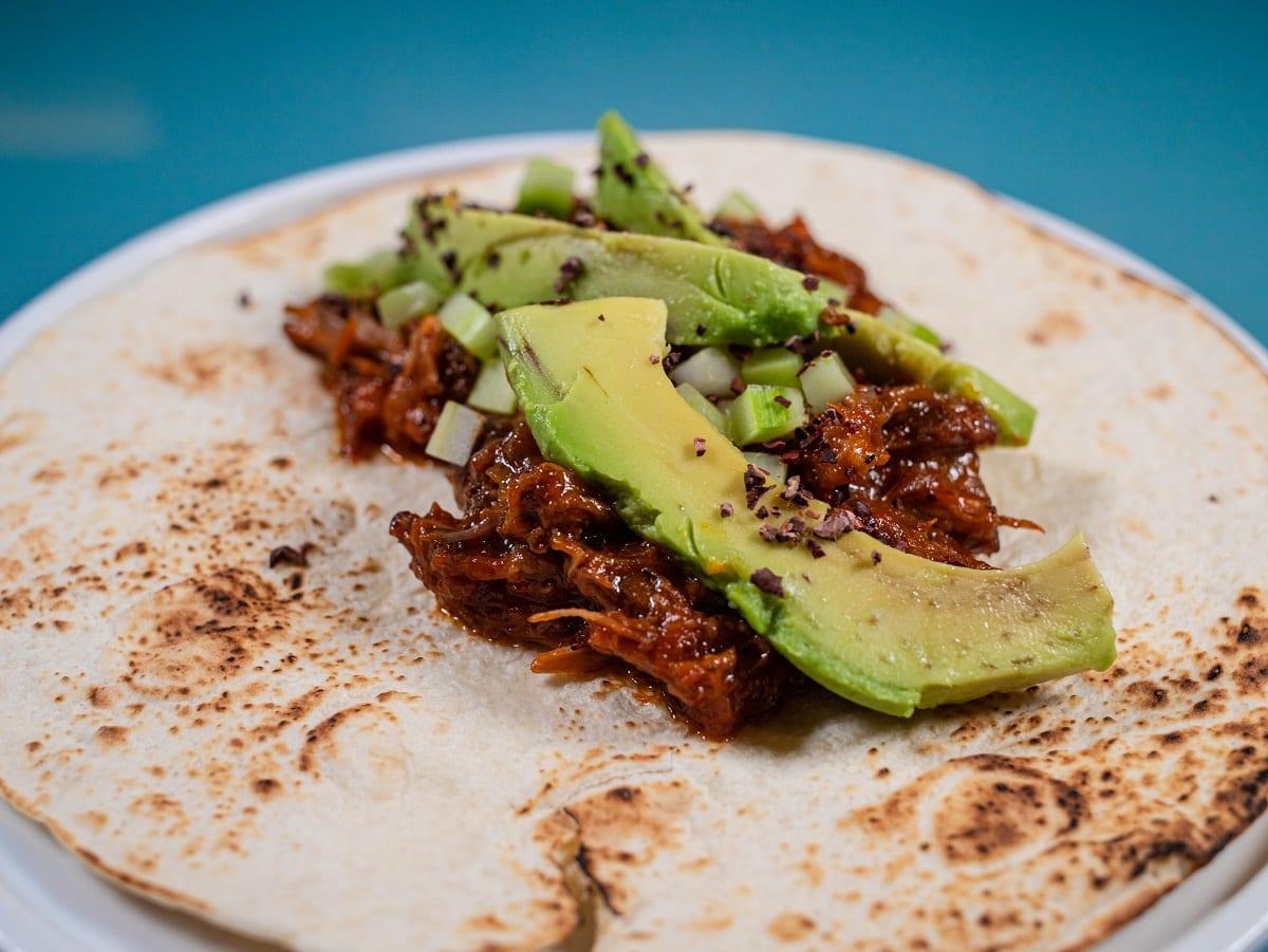Burrito con coda e avocado aperto