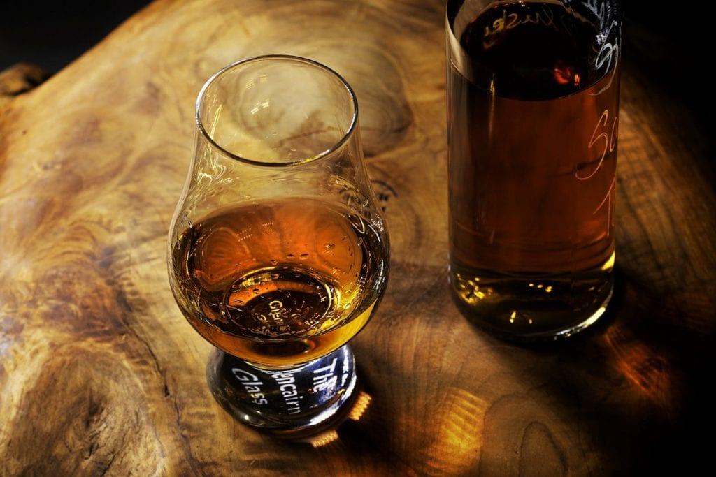 bicchiere di rum e bottiglia
