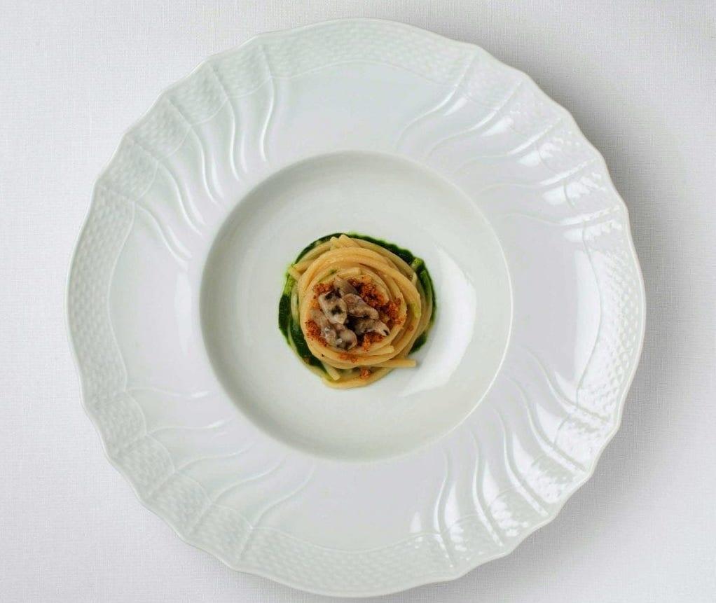 Spaghettoni aglio, olio, pane croccante, ostrica ghiacciata e finocchietto di Alberto Gipponi