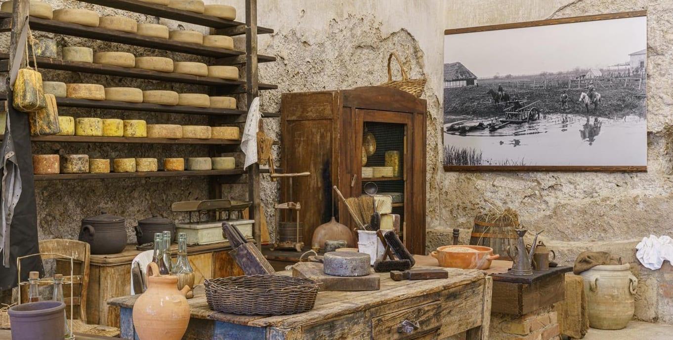La stanza della conserva con attrezzi contadini