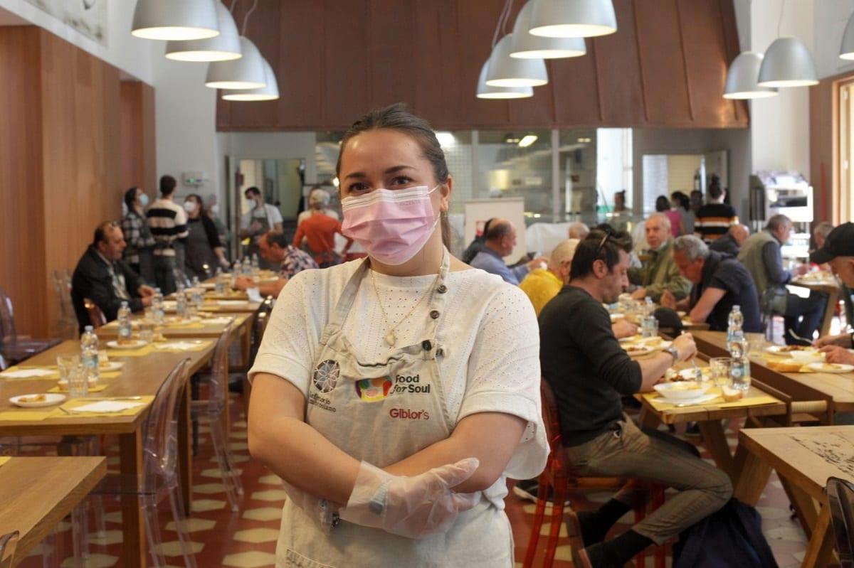 Una volontaria alla mensa della Caritas di Milano