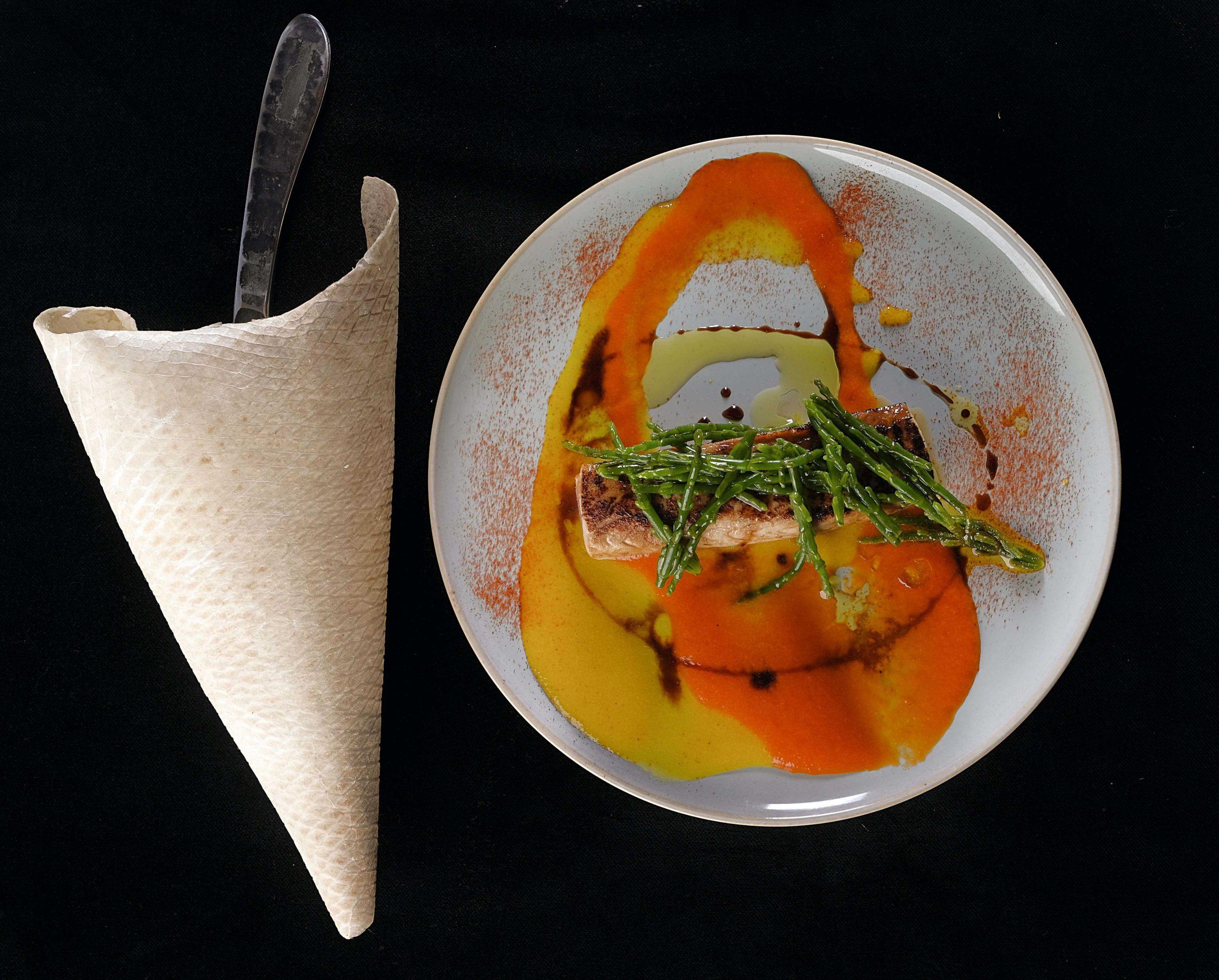 Palamita, crema di peperoni e asparagi di mare
