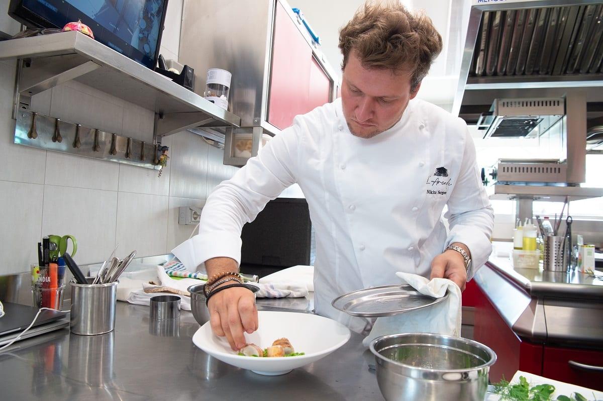 Nikita Sergeev in cucina