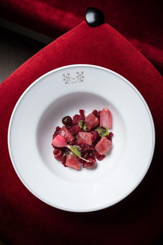 Granita di ciliegie, senape verde con amarene in salamoia, rapanelli e carne cruda Vicciola