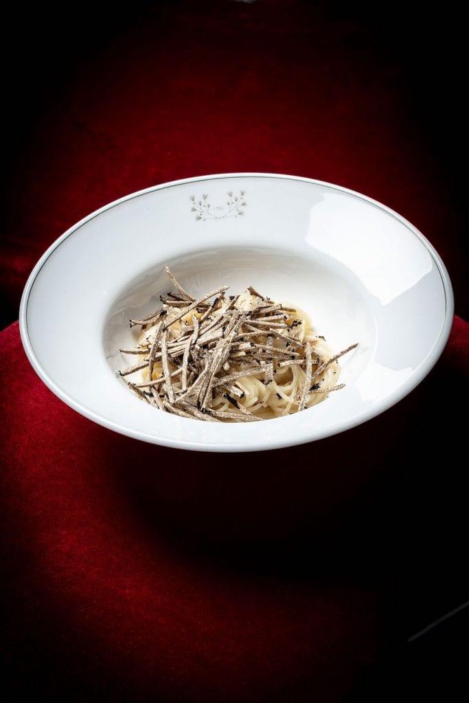 Spaghetto tiepido alle nocciole e asparago bianco, tartufo nero estivo