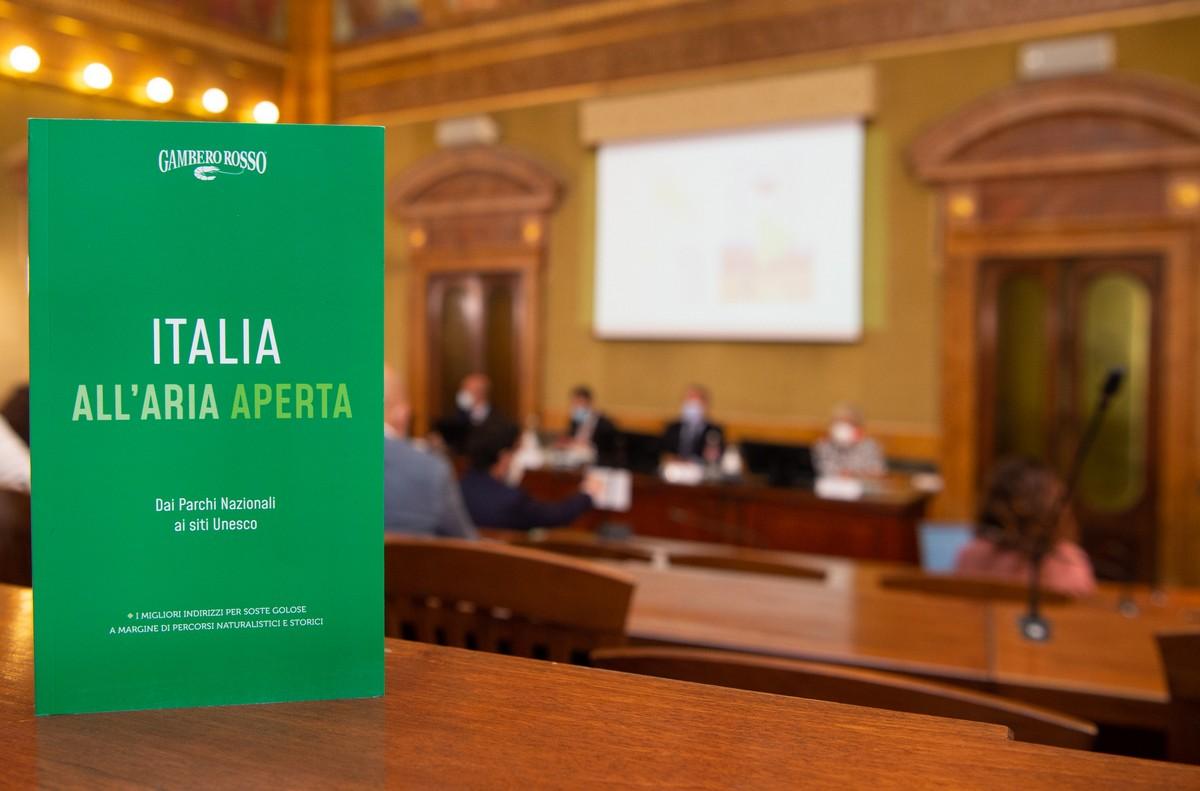 Italia all'Aria Aperta: la nuova guida di Gambero Rosso. Il ministro Patuanelli: centrale il legame tra ambiente e agroalimentare