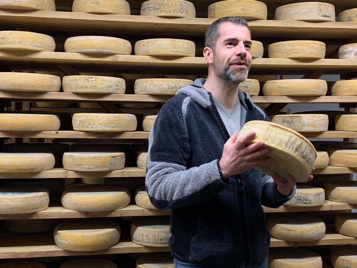 Malga Alta Carnia Sauris - Sebastiano Crivellaro e le sue forme di formaggio