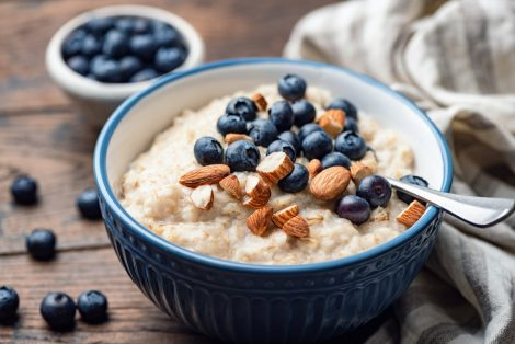 Scopri la storia e la ricetta del porridge
