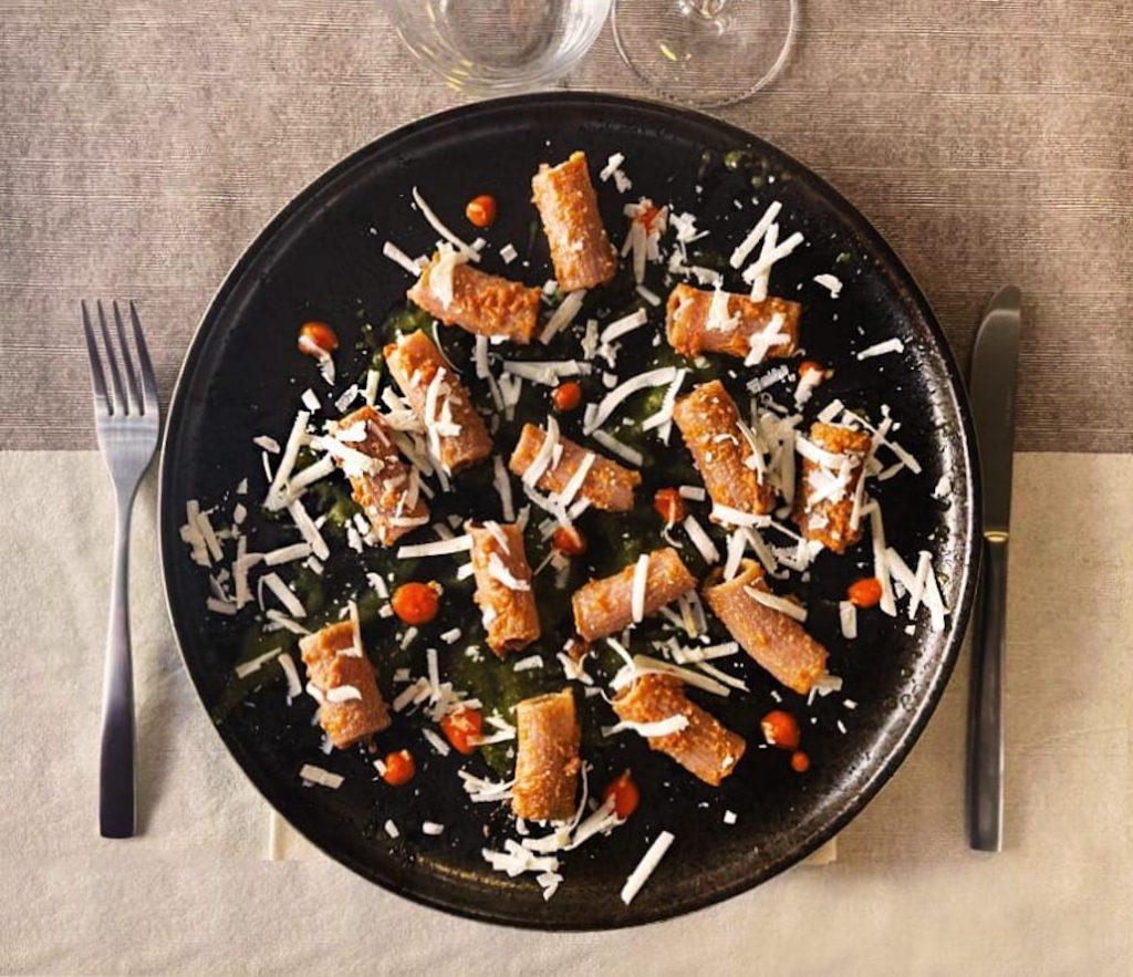 Rigatoni di farro, pesto di pomodori secchi, salsa al basilico, peperoni arrosto e ricotta dura fuorinorma