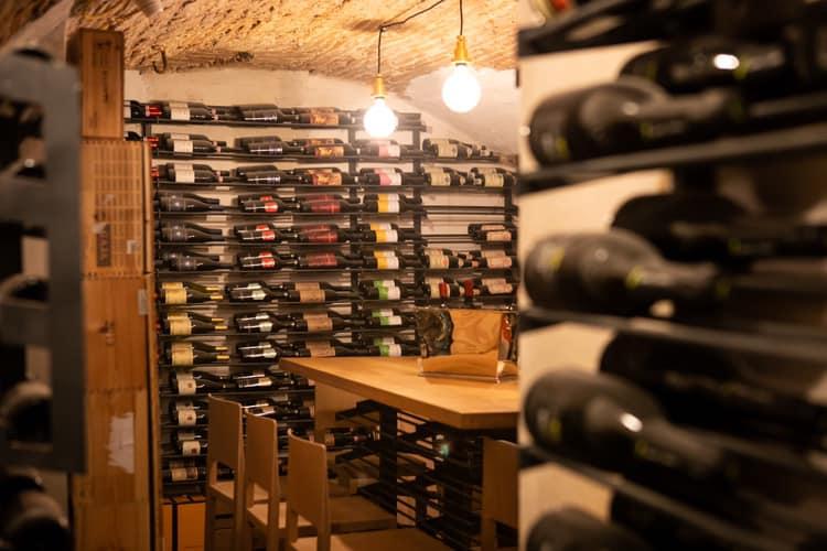 la cantina del Bistrò26, con soffitto a volta e bottiglie alle pareti